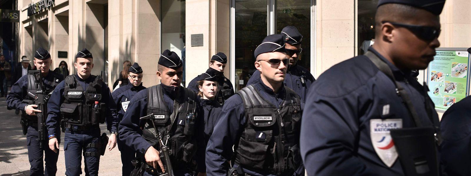 Eine Polizeipatrouille auf den Champs-Elysées am Tag nach dem Anschlag.