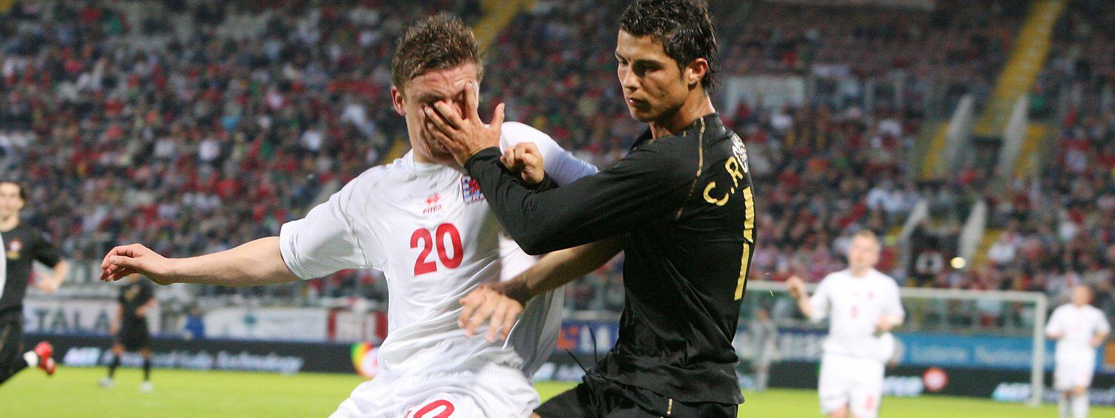 Le 3 juin 2006 en amical à Metz, Cristiano Ronaldo (à dr., en noir) flanque sa main dans le visage de Tom Schnell