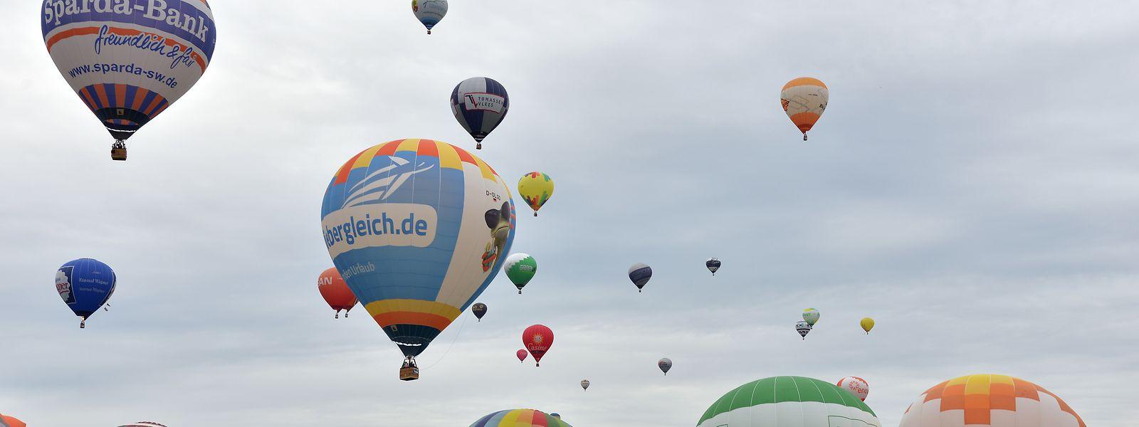 """Rund 80 Heißluftballone starten bei dem größten Heißluftballon-Treffen in Rheinland-Pfalz, der """"Mosel Ballon Fiesta"""" in Föhren."""