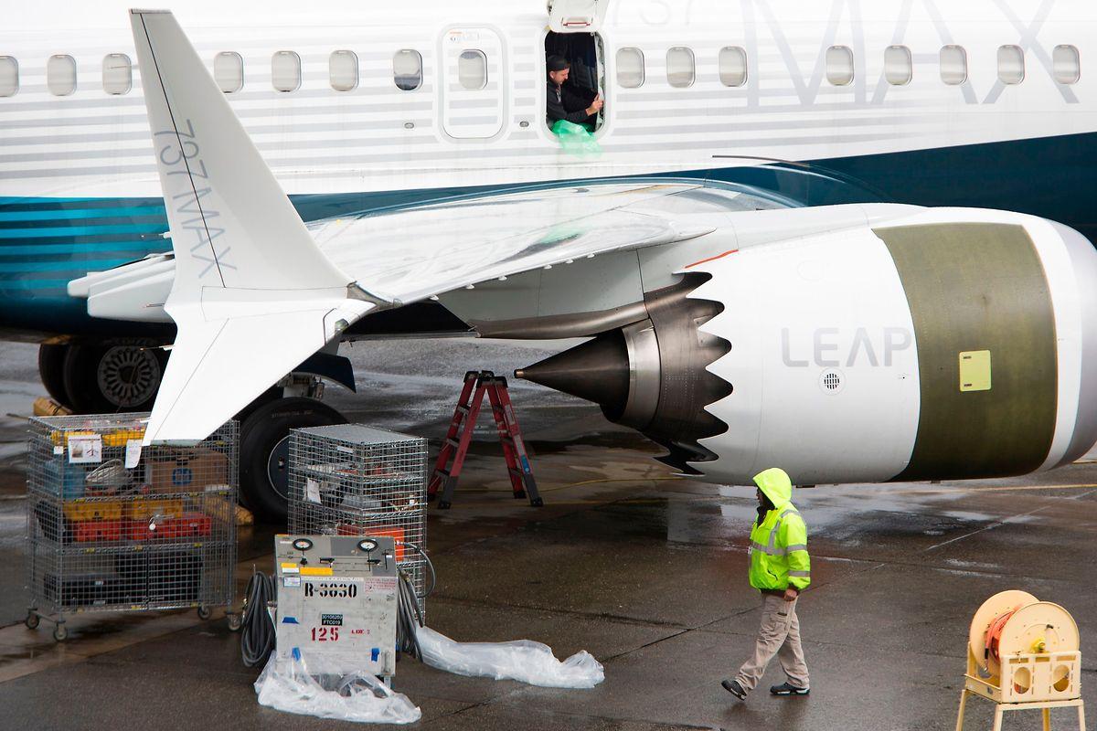 Trabalhadores inspecionam o modelo 737 Max na fábrica da Boeing em Washington, nos EUA. Os aparelhos continuam a operar nos EUA e Canadá.