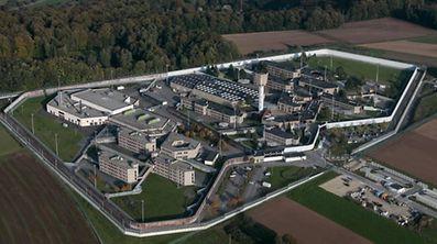 19.10 Luftaufnahmen / Schrassig , Centre Penitentiaire , Gefaengnis Foto: Guy Jallay