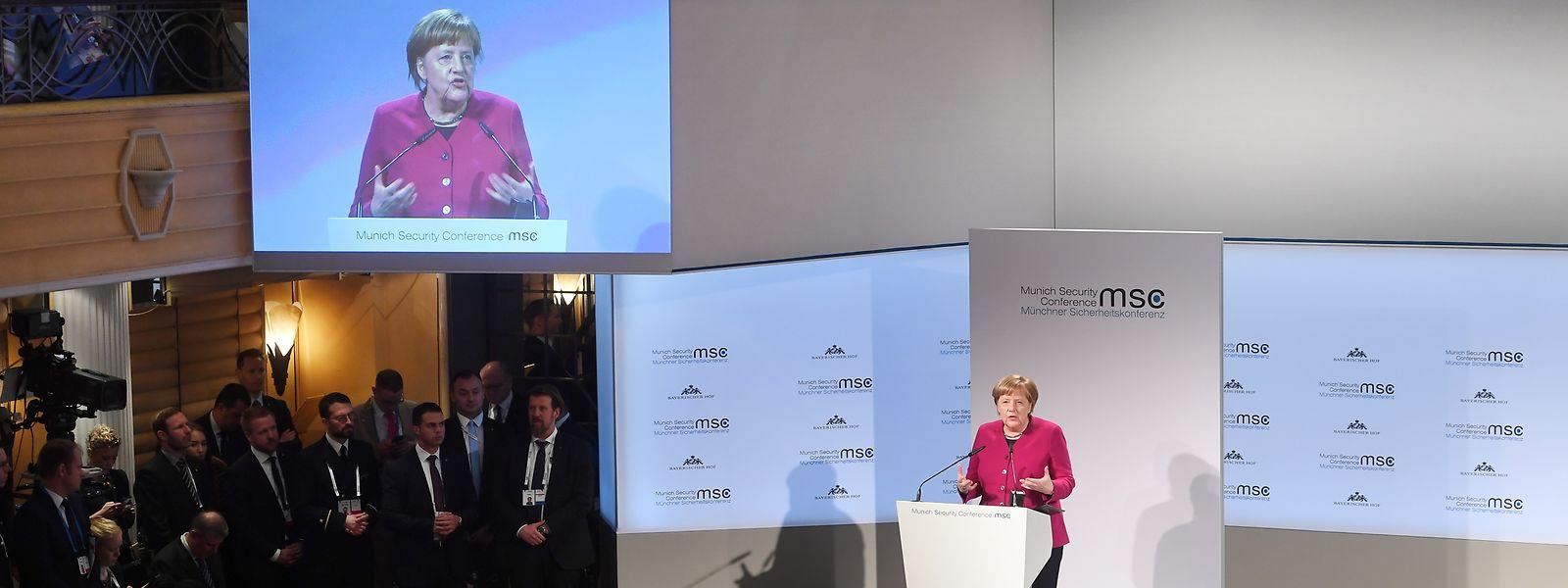 """Am Ende ihrer Rede fragt Angela Merkel, wer denn nun die Puzzleteile wieder zusammensetzt, in die die Welt gerade zerfällt. """"Nur wir alle zusammen"""", antwortet sie selbst. Das Publikum applaudiert."""