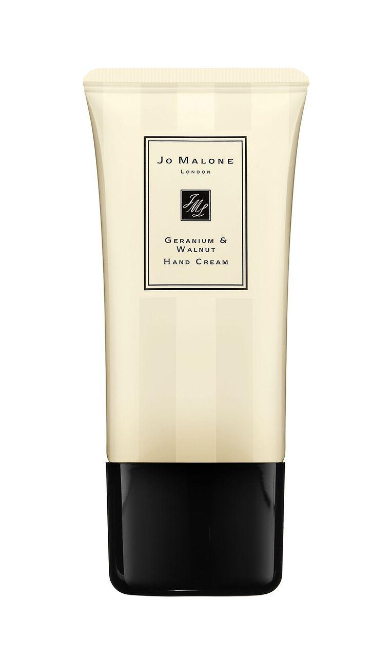 Duftet nach Geranienblüte und Walnuss: pflegende Handcreme mit Aprikosenkernöl von Jo Malone (50 ml um 32 Euro).