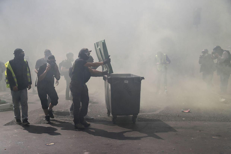 """Auch am Osterwochenende gingen in Paris wieder Mitglieder der Protestbewegung """"gilets jaunes"""" auf die Straße."""