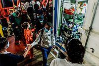 HANDOUT - 06.07.2020, Italien, Porto Empedocle: Migranten gehen von Bord der Ocean Viking. Das Rettungsschiff der humanitären Gruppe SOS Mediterranee mit 180 Migranten, die tagelang an Bord gestrandet waren, hat endlich einen italienischen Hafen erreicht. Foto: Flavio Gasperini/SOS MEDITERRANEE/dpa - ACHTUNG: Nur zur redaktionellen Verwendung im Zusammenhang mit der aktuellen Berichterstattung und nur mit vollständiger Nennung des vorstehenden Credits +++ dpa-Bildfunk +++