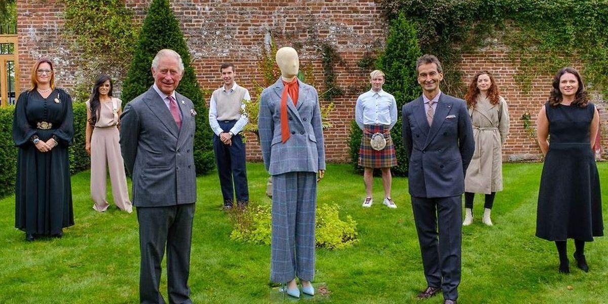 """Prinz Charles (vorne links) und YooX Net-a-Porter Group Chairman und CEO Federico Marchetti (vorne rechts) stehen im Dumfries House mit sechs Teilnehmern des """"Modern Artisan Project"""" zusammen."""
