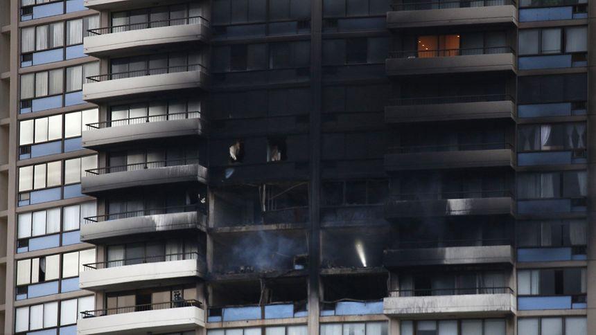 Der Brand war am Freitagnachmittag (Ortszeit) im 26. Stock des Gebäudes in der Hauptstadt Honolulu ausgebrochen.