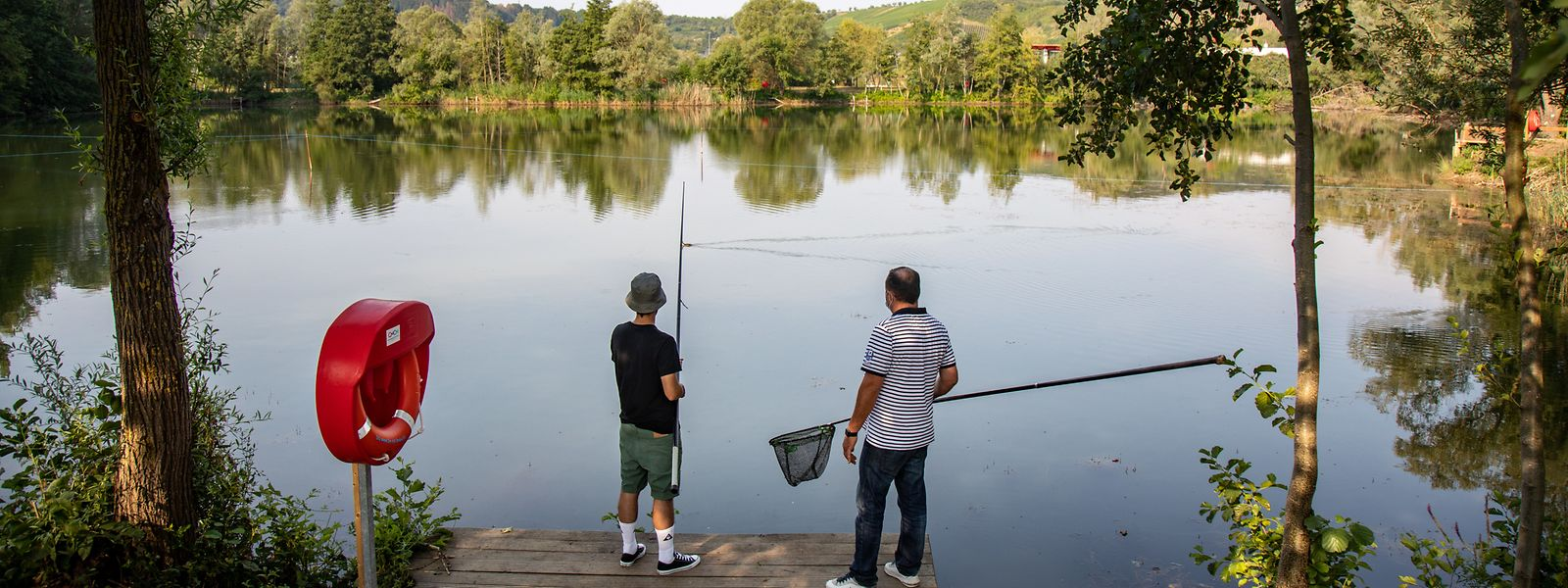 Hobbyfischer warten auf den großen Fang.