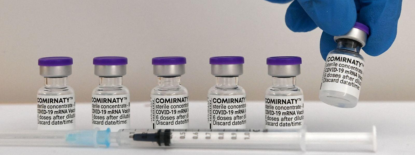 Les cas d'effets indésirables restant largement minoritaires, le gouvernement n'entend pas revoir l'usage fait des quatre vaccins validés par l'Agence européenne des médicaments.