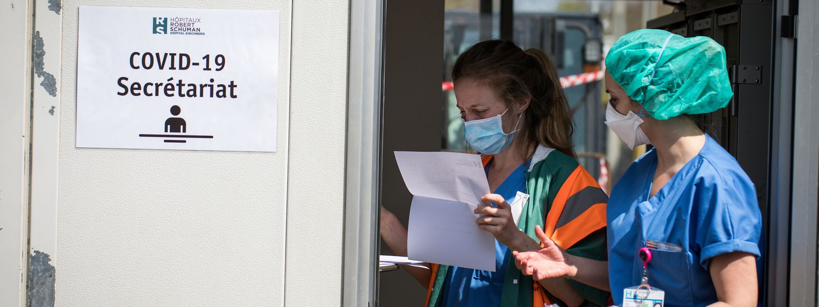 Jeder der ein Krankenhaus betritt muss eine Gesichtsmaske tragen und die Hände desinfizieren. Außerdem misst eine Krankenpflegerin die Temperatur. So soll verhindert werden, dass es im Krankenhaus zu Ansteckungen mit dem SARS-CoV-2-Virus kommt.