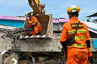 18.01.2021, Indonesien, Mamuju: Nach einem Erdbeben suchen Such- und Rettungsmannschaften mit schwerem Gerät in den Trümmern eines eingestürzten Krankenhausgebäudes nach Opfern. Drei Tage nach dem Erdbeben auf der indonesischen Insel Sulawesi ist die Zahl der Opfer um acht auf 81 gestiegen. Foto: Hariandi Hafid/ZUMA Wire/dpa +++ dpa-Bildfunk +++