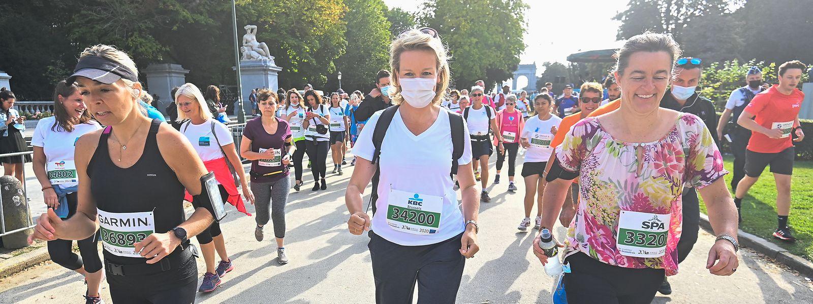 Dimanche, même pendant la course des 20 km de Bruxelles, la reine Mathilde de Belgique a préféré garder le masque.