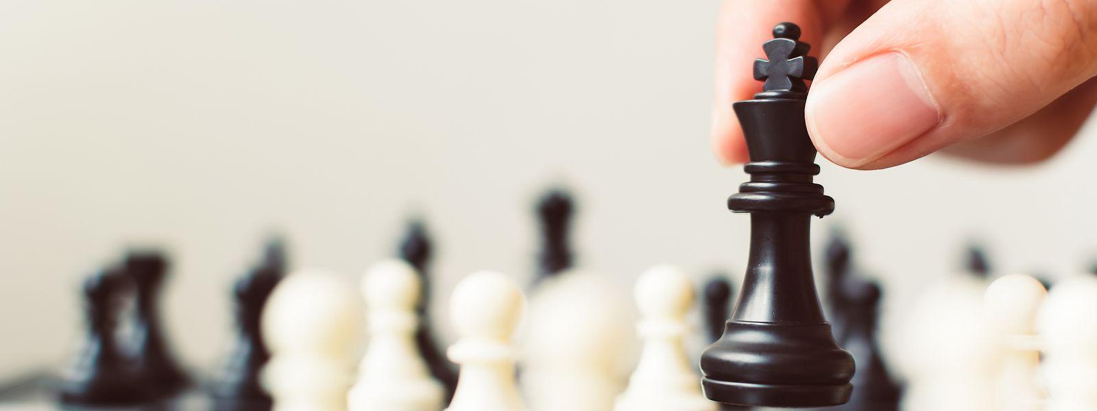 Beim Schach muss der gegnerische König so angegriffen werden, dass er nicht mehr flüchten kann.