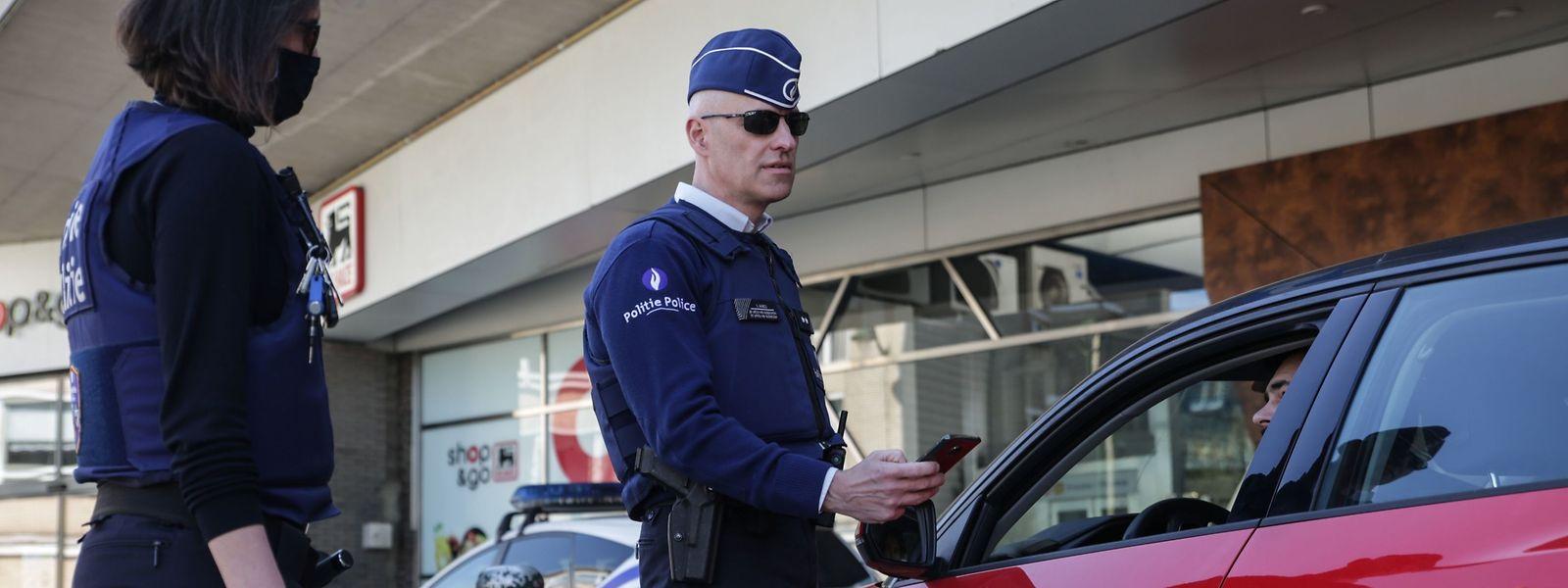 La police belge multiplie les contrôles pour vérifier le respect des règles de confinement.