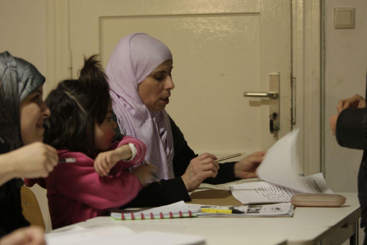Manche Teilnehmerinnen bringen ihr Kinder mit in den Kurs, um sich - beispielsweise beim Vokabellernen - gegenseitig helfen zu können.
