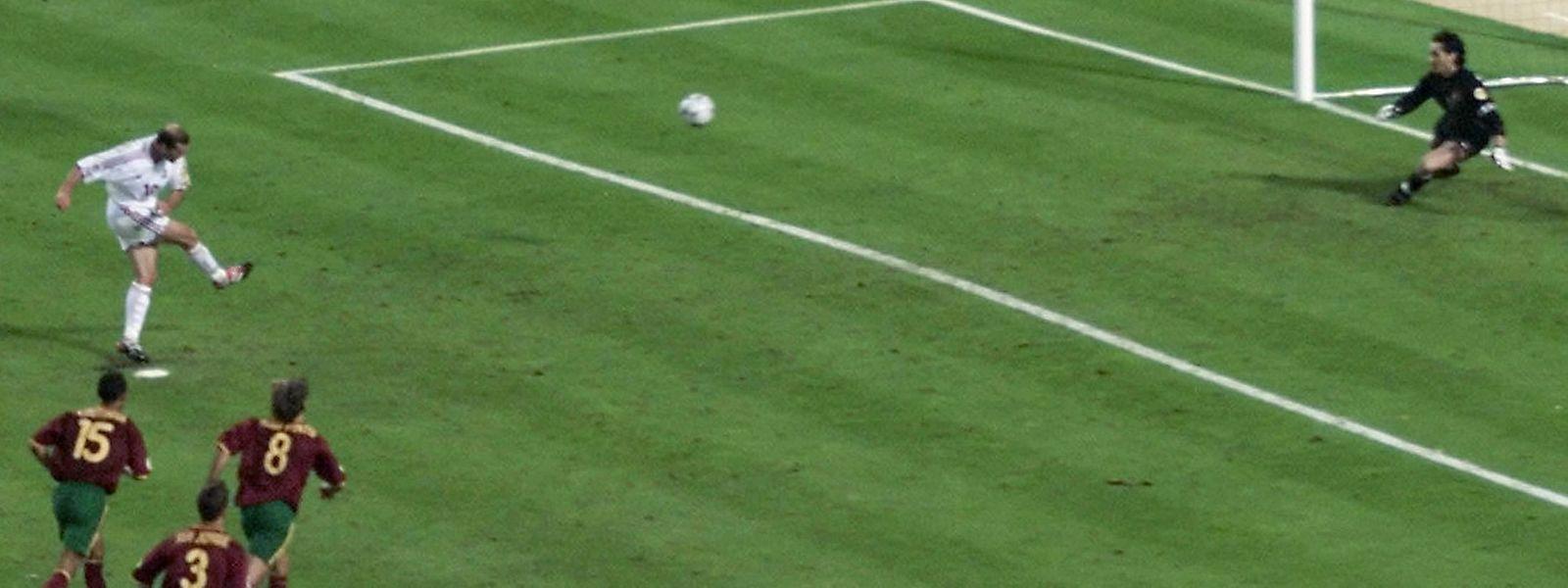 Penálti de Zidane após a mão de Abel Xavier no jogo com os gauleses no Euro2000.
