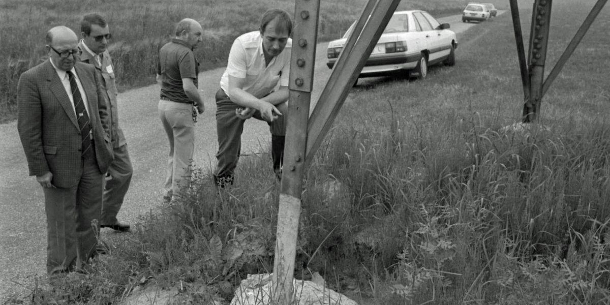 Am Tag nachdem der Sprengsatz von Asselscheuer entschärft worden war, nahmen die Ermittler auch die Hochspannungsmasten in der unmittelbaren Nähe des Fundorts unter die Lupe.