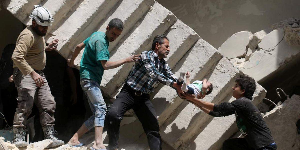Retter versuchen, Verletzte und Kinder zu bergen.