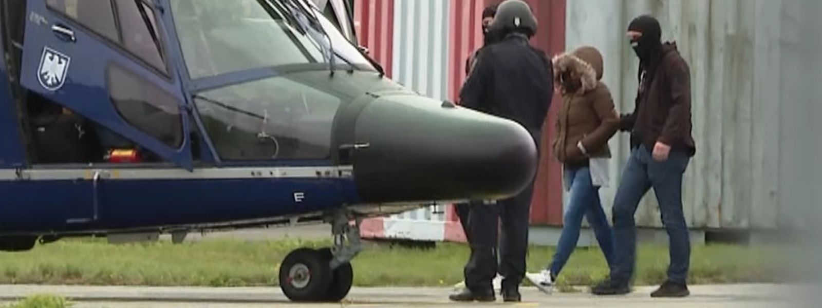 Omaima A. wird von Einsatzkräften der Polizei mit einem Hubschrauber ausgeflogen.