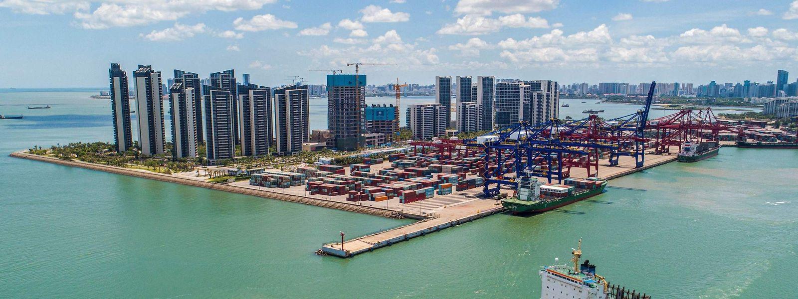 Un cargo chargé de conteneurs quitte le port de Haikou, dans la province chinoise de Hainan.
