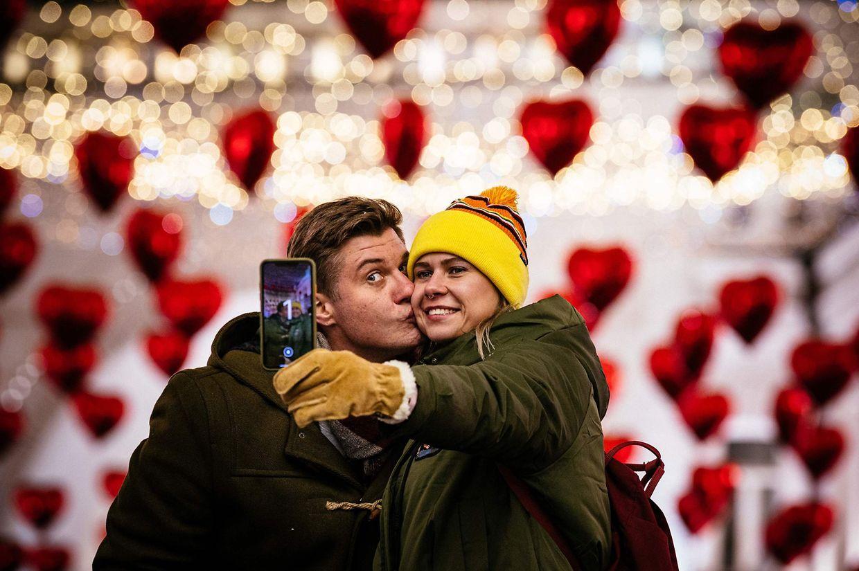 A Moscou, prés de la Place rouge, les amoureux ne résistent pas au selfie-souvenir.