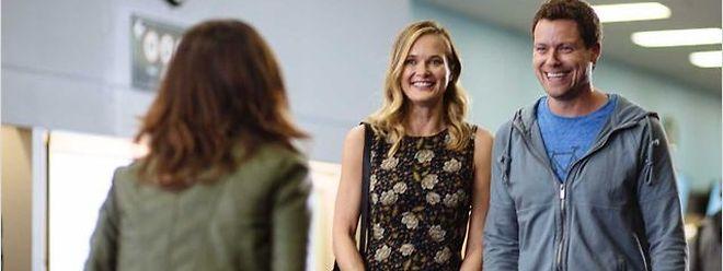 Bei dem Versuch, ihre Beziehung aufzupeppen, machen Emma und Jack Bekanntschaft mit dem Escort-Mädchen Izzy.