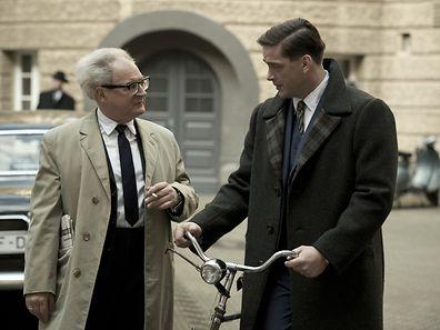 """In """"Der Staat gegen Fritz Bauer"""" mit Fritz Klaußner (links) bringt ein Staatsanwalt in den 60er Jahren Nazi-Größen vor Gericht."""