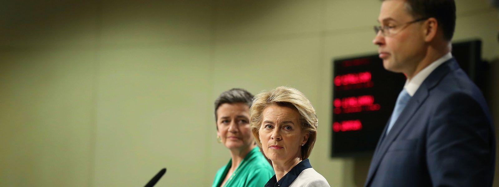 Kommissionspräsidentin Ursula von der Leyen (Mitte), Wettbewerbskommissarin Margrethe Vestager und Finanzkommissar Valdis Dombrovskis: Die Kapitalmarktunion soll eines der zentralen Projekte der neuen EU-Kommission werden.