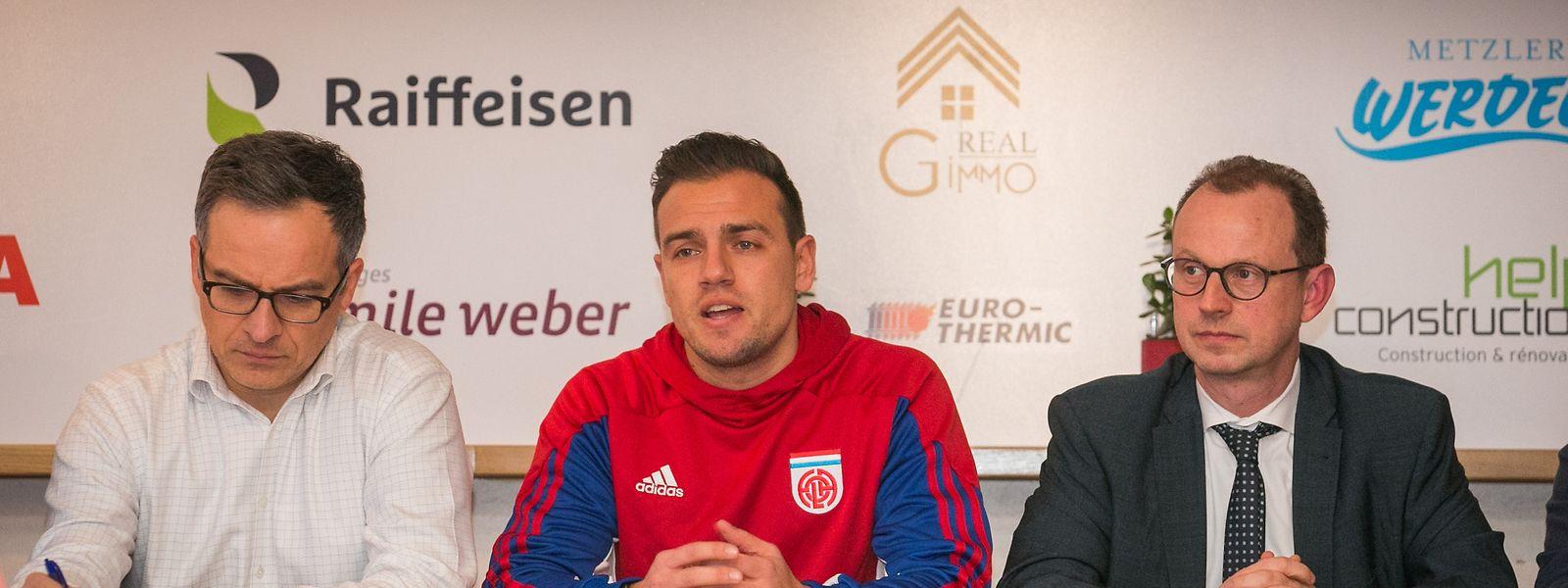 Der neue Trainer Thomas Klasen (M.) stellt sich den Fragen der Presse.