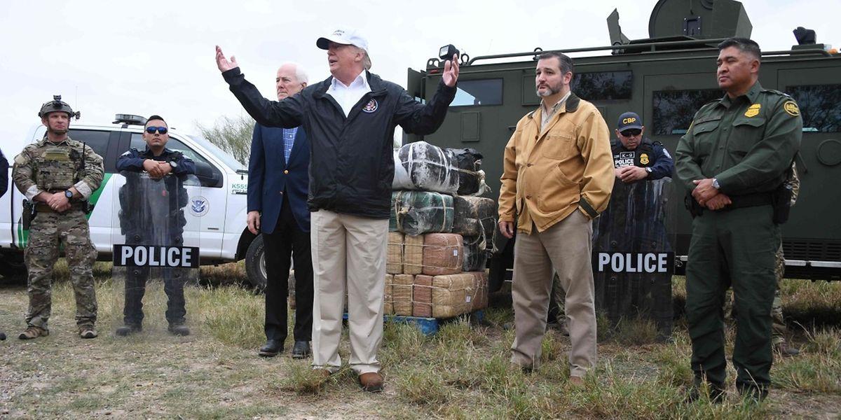 «C'est du bon sens. Ils ont besoin d'une barrière, ils ont besoin d'un mur. Sans cela, il n'y aura que des problèmes. Et la mort, beaucoup de morts», a lancé M. Trump, casquette blanche «Make America Great Again» vissée sur le crâne.