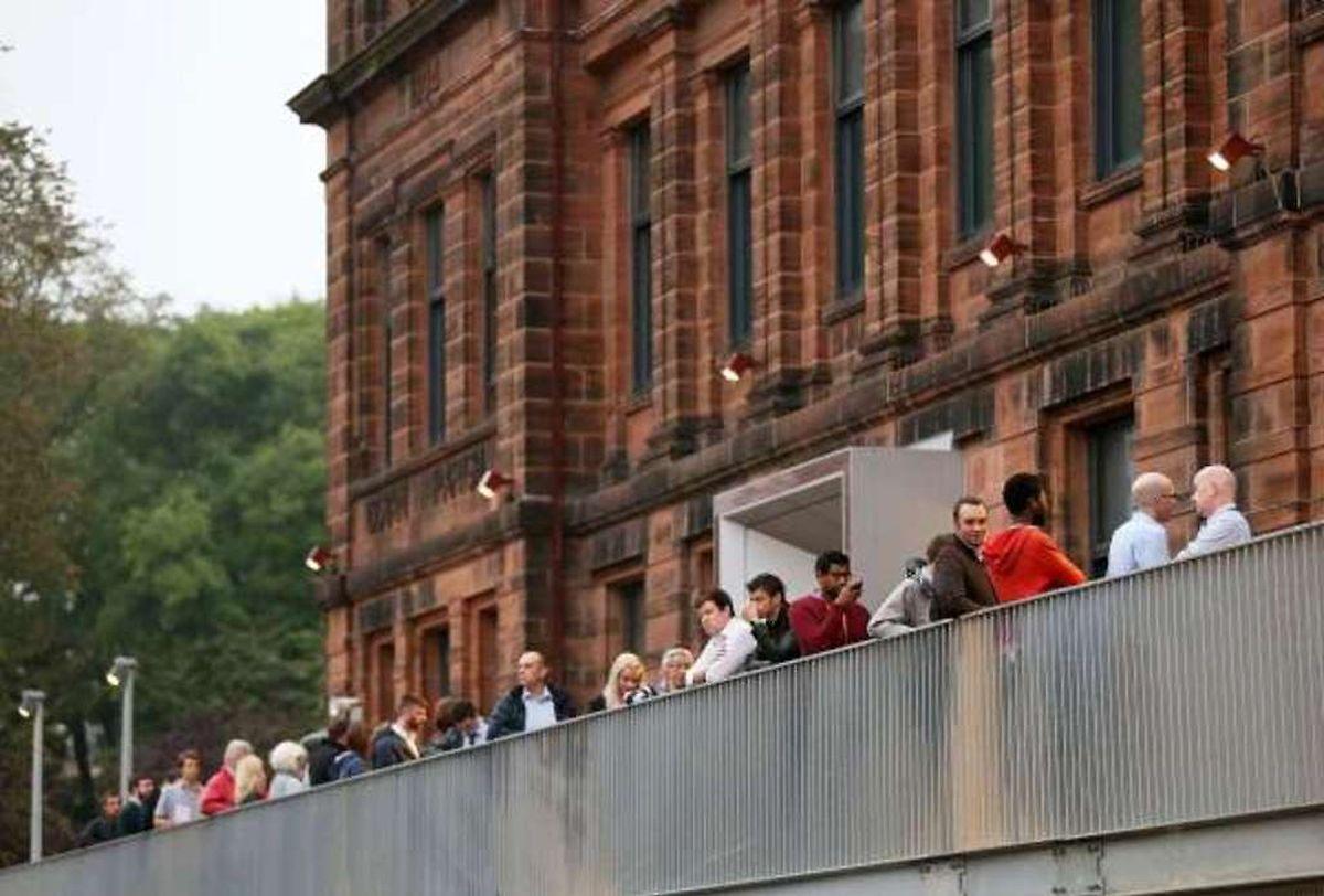 Les votants font la queue  avant d'entrer dans un bureau de vote à l'ouest de Glasgow.