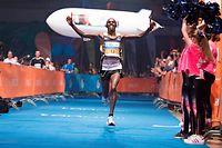 Mark Kangogo sicherte sich 2018 den Sieg beim ING Night Marathon. Einer Frau ist eine Äußerung gegen den Läufer nun teuer zu stehen gekommen.