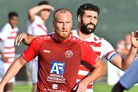 Benjamin Runser, en rouge, FC Una Strassen, et Julien Klein, CS Fola Esch / Foto: Stéphane Guillaume