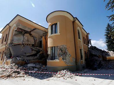 Die schon teilweise eingestürtzte Schule des italienischen Ortes ist nur noch eine Ruine