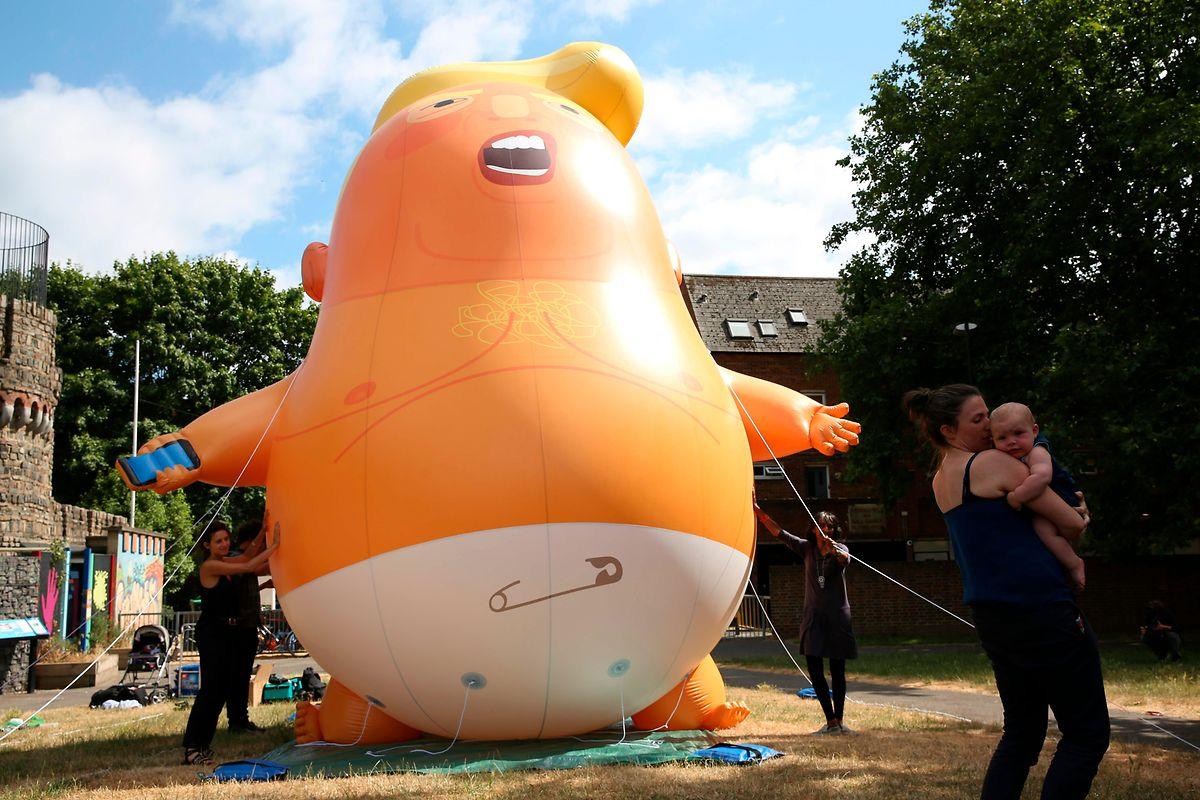 Demonstranten reisten Trump mit einer aufblasbaren Baby-Karikatur des Präsidenten.