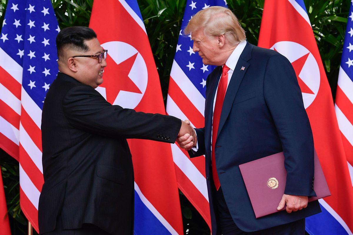 La première poignée de main entre les deux dirigeants politiques est tendue.