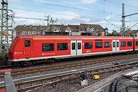 11.10.2019, Niedersachsen, Hannover: Ein Zug fährt über eine erneuerte Eisenbahnbrücke am Hauptbahnhof. Die Deutsche Bahn will in den kommenden zehn Jahren bundesweit rund 2000 Eisenbahnbrücken mit einem Aufwand von 4,5 Milliarden Euro erneuern. Dies kündigte der DB-Infrastrukturvorstand in Hannover bei der Inbetriebnahme der 875. seit 2015 sanierten Bahnbrücke an. Foto: Peter Steffen/dpa +++ dpa-Bildfunk +++