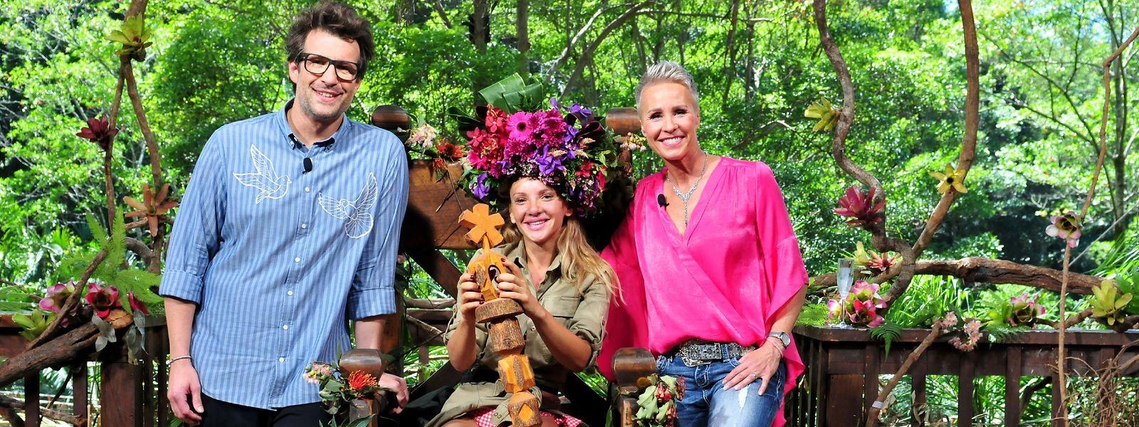 Evelyn Burdecki wurde nach 16 Tagen Dschungelcamp von den Moderatoren Sonja Zietlow (r.) und Daniel Hartwich zur Siegerin gekrönt.