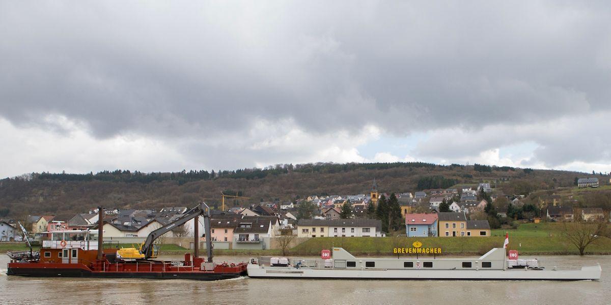 """Das Schiff """"Ausonius"""" der Straßenbauverwaltung transportiert die Schiffsbrücke von Trier nach Grevenmacher."""