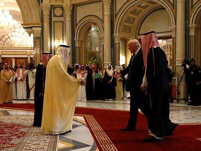 Der saudische König Salman bin Abdulaziz Al Saud (l.) empfängt Donald Trump.