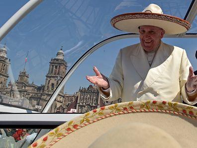"""""""Wenn du in Rom best, mach es wie die Römer"""": Papst Franziskus mitzünftigem Sombrero bei seiner Ankunft vor der Basilika von Mexiko-Stadt."""