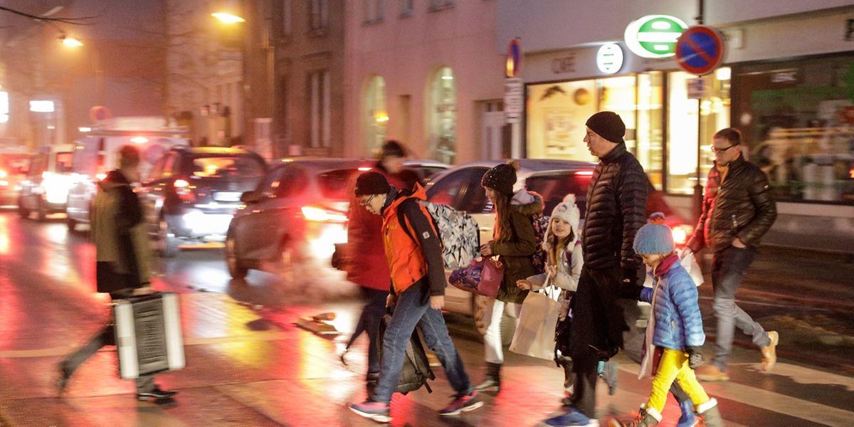 """Viele der Schulkinder der """"Schoul am Duerf"""" in bettemburg müssen die Hauptstraße überqueren. Auf dieser herrscht wegen der Baustelle in der Rue de la Gare morgens oft Stau."""