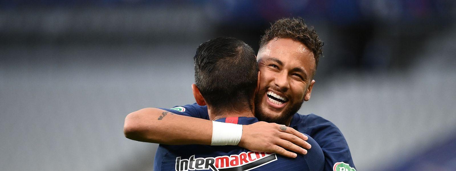 Neymar bejubelt mit seinem Teamkollegen Angel di Maria den Siegtreffer.