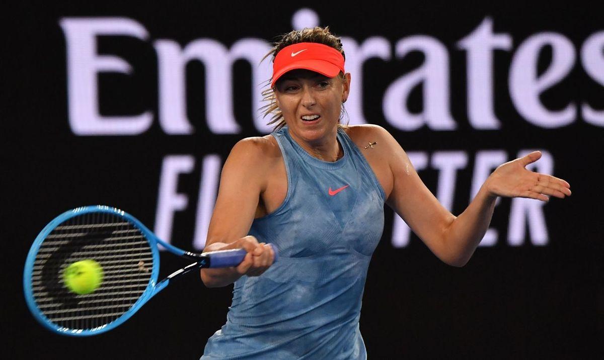 Maria Sharapova s'apprête à défier la tenante du titre Caroline Wozniacki au troisième tour.