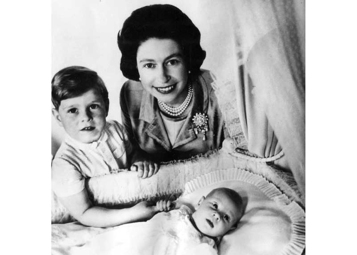 Prinz Andrew und die Queen mit dem neuen Baby, Prinz Edward.