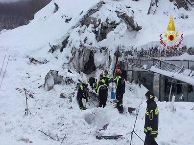Un total de huit survivants dont deux fillettes ont été extraits vendredi des décombres de l'hôtel Rigopiano