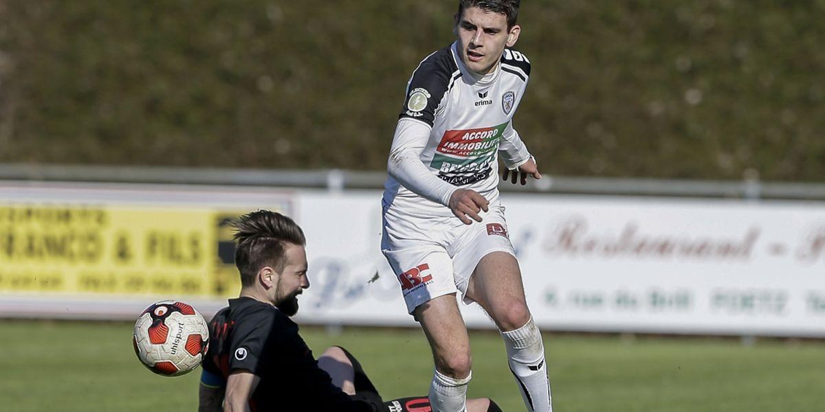 Maxime Coutray de Pradel est à terre, Artur Abreu  a été un poison constant pour le FC Mondercange.