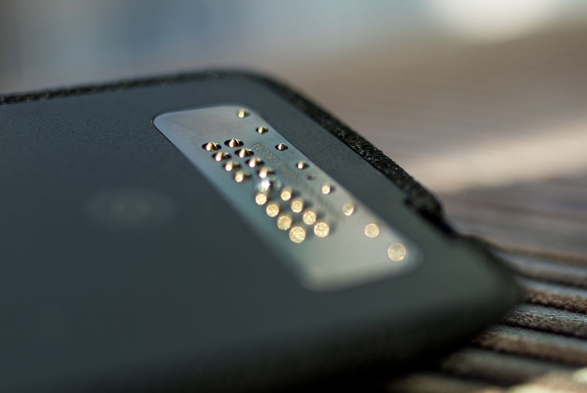 Der Daten- und Stromaustausch zwischen Smartphone und Mod erfolgt über die Kontakte am unteren Ende beider Geräte.