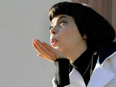 Noch immer trägt die 1,53 m kleine Sängerin ihr Markenzeichen, den rabenschwarzen Pagenkopf.