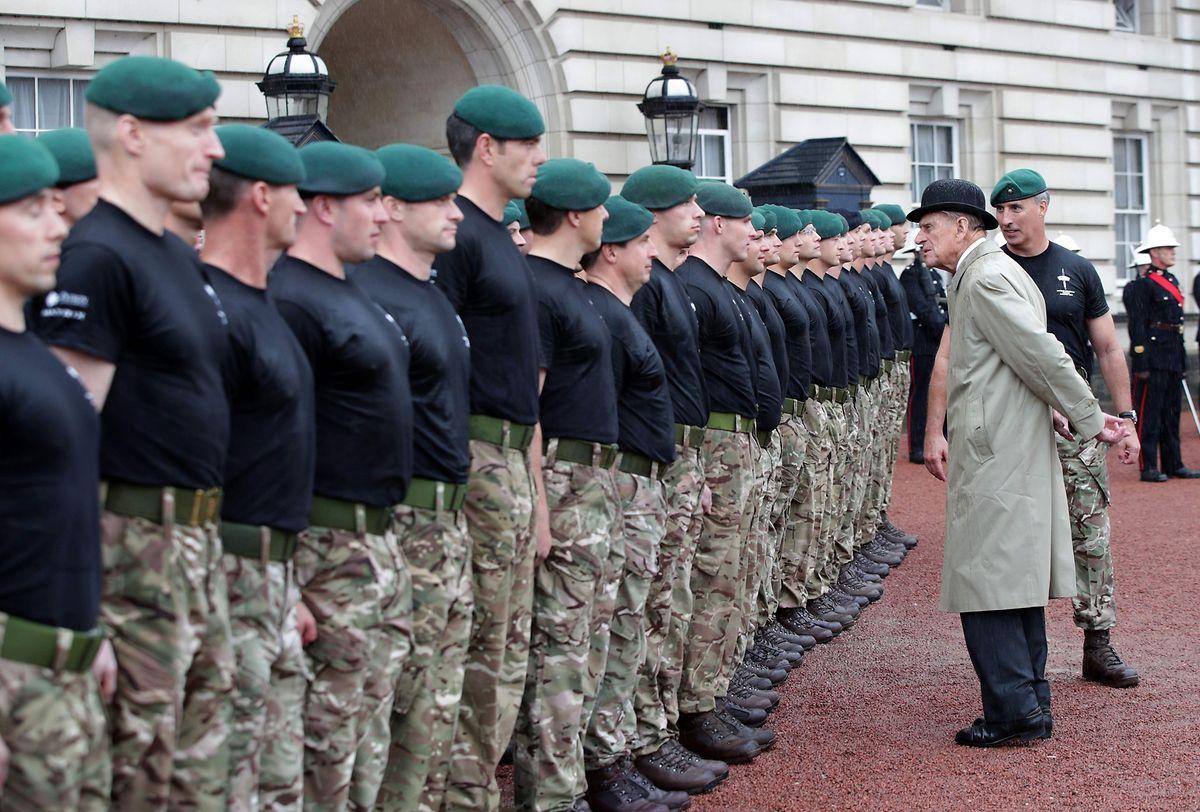 """Der britische Prinzgemahl nahm eine Parade der """"Royal Marines"""" ab."""